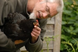 Hervé Husson et une de ses poules