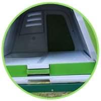 Intérieur d'un poulailler en plastique Omlet